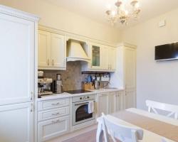 Светлая кухня для квартиры