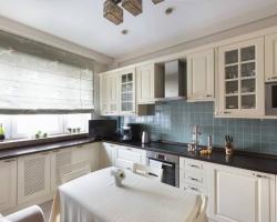 Белая угловая кухня с использование подоконника