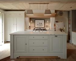 Светлая просторная кухня с барной стойкой