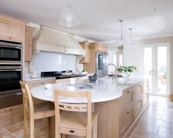 Кухня с деревяными прямыми фасадами