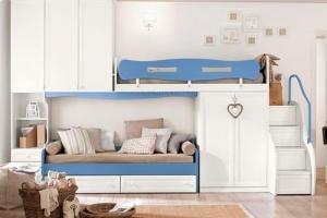 Детская комната в светлых тонах с двухъярусной кроватью