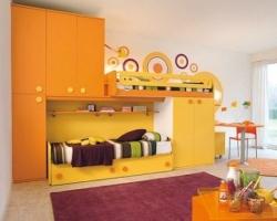 Детская  комната с двухъярусной кроватью желтого цвета