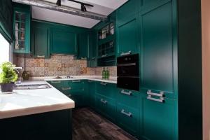 Кухня зеленого изумрудного цвета