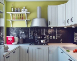 Кухня в скандинавском стиле с доской для надписи