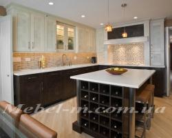 Кухня классика из дерева с столом остров