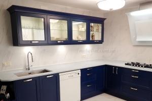Синяя кухня с крашеными фасадами