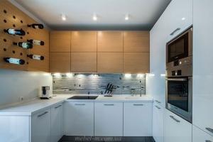 Кухня для квартиры с местом для вина